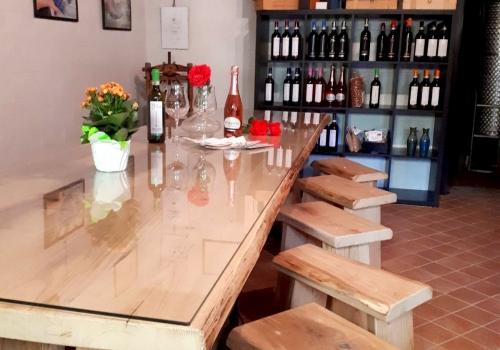 Cascina Ciapat tavolo e sgabelli legno rovere sala degustazione