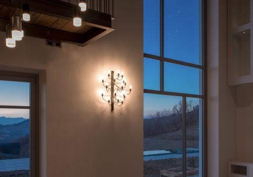 Cascina nelle Langhe di notte con serramenti su disegno architetto
