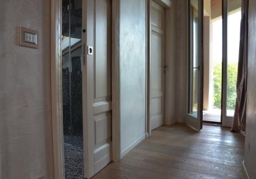 Porte interne su misura con serramento bicolore