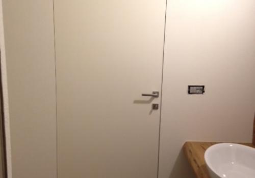 Porta raso muro tintata come pareti