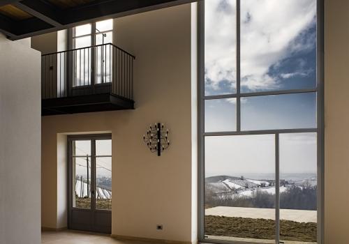 Cascina nelle Langhe con serramenti su disegno architetto