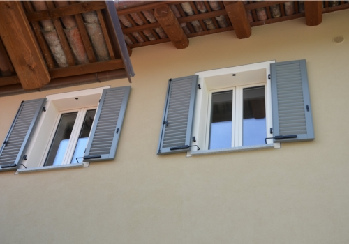 Finestre a vetro unico con persiane all'americana a murare laccate